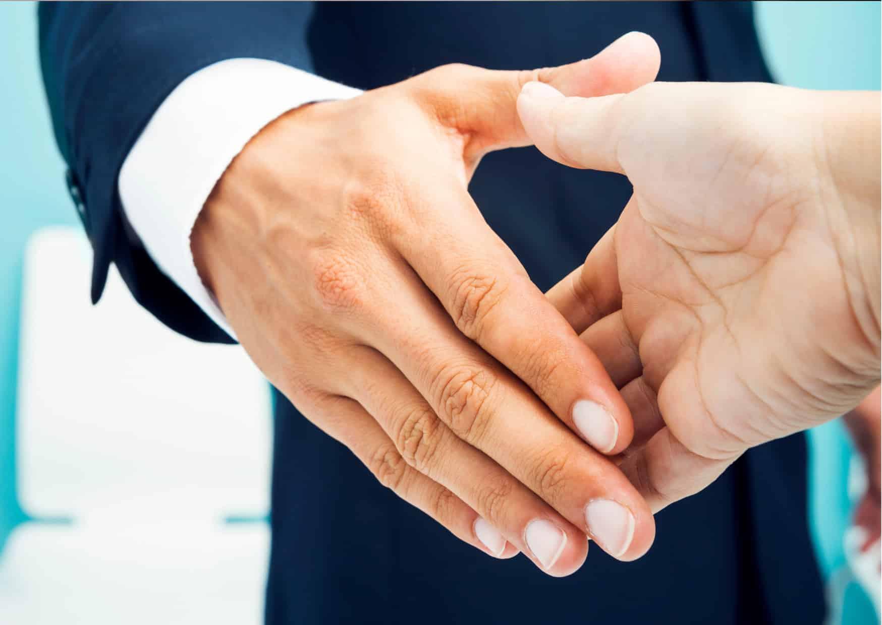 Coach en coachee schudden elkaar de hand